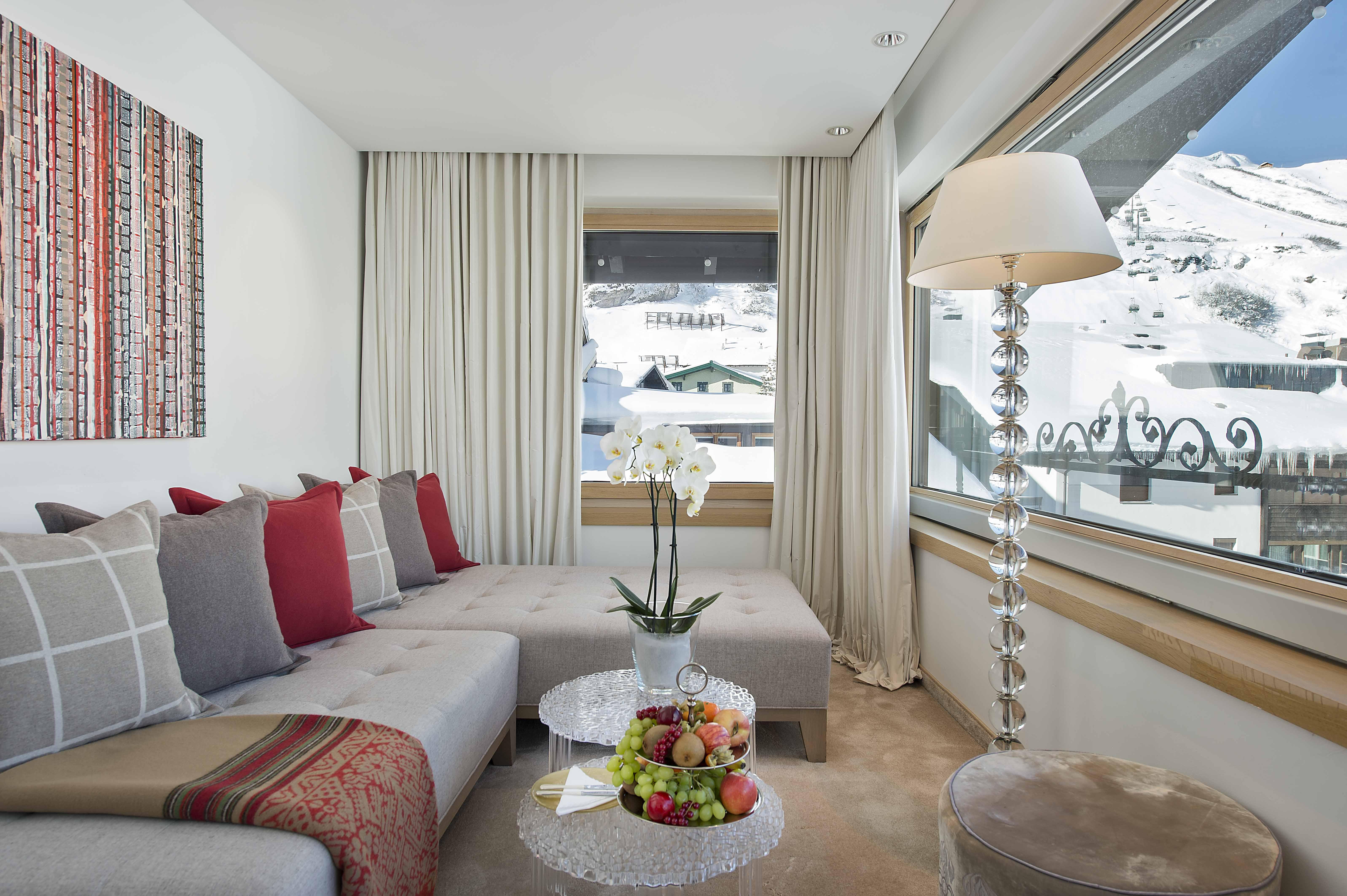 Wohnbereich in einer Suite des Hotels mit Blick auf den Arlberg