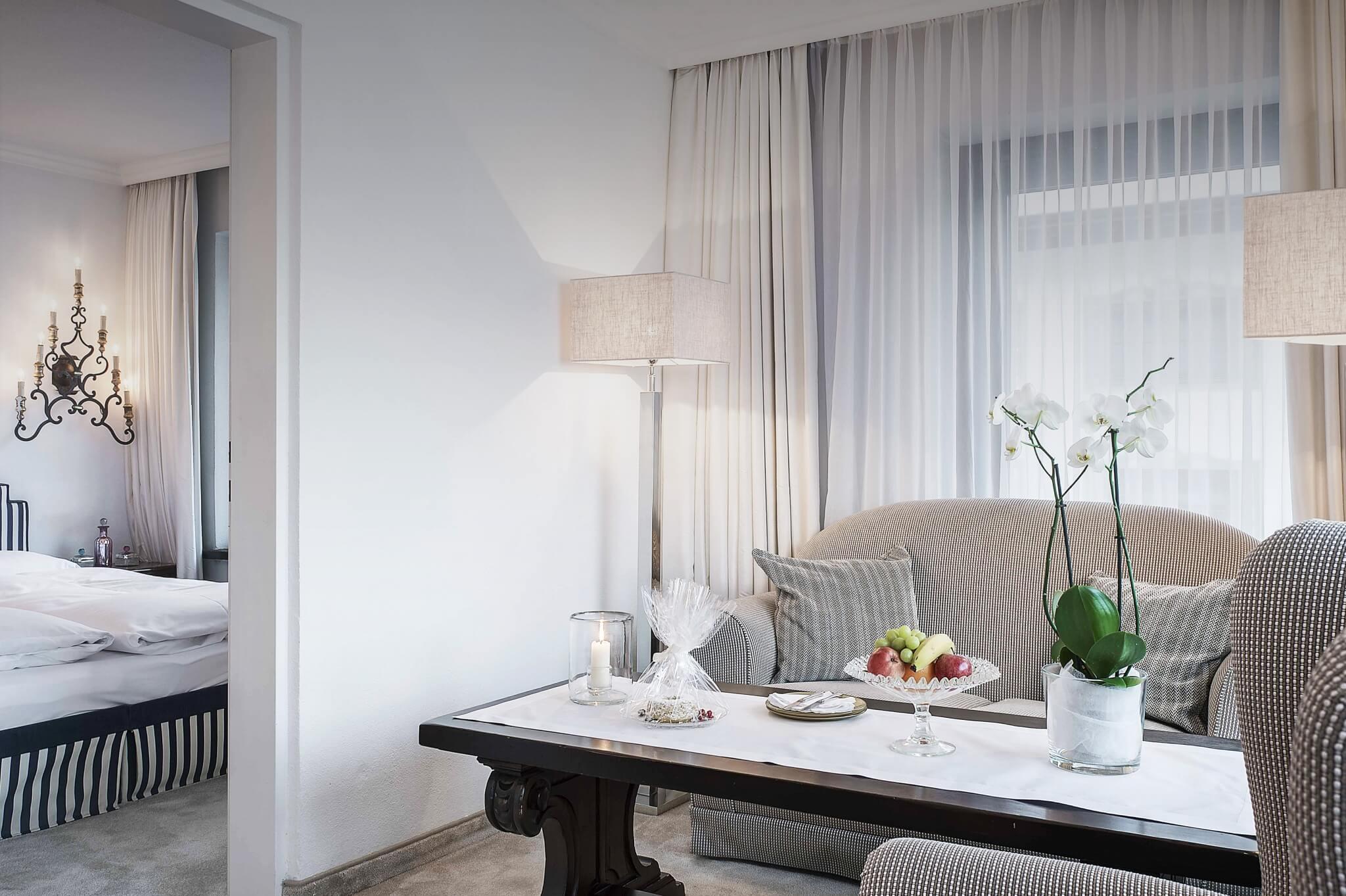 Wohnzimmer und Schlafzimmer im Hotel am Arlberg
