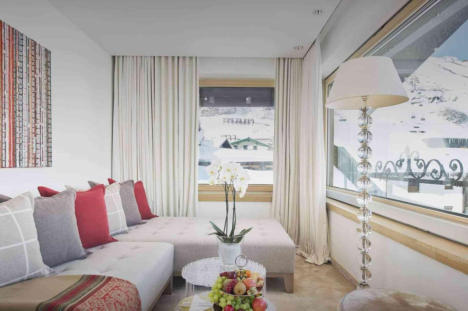 Wohnzimmer im Hotel am Arlberg mit Ausblick auf die Berge