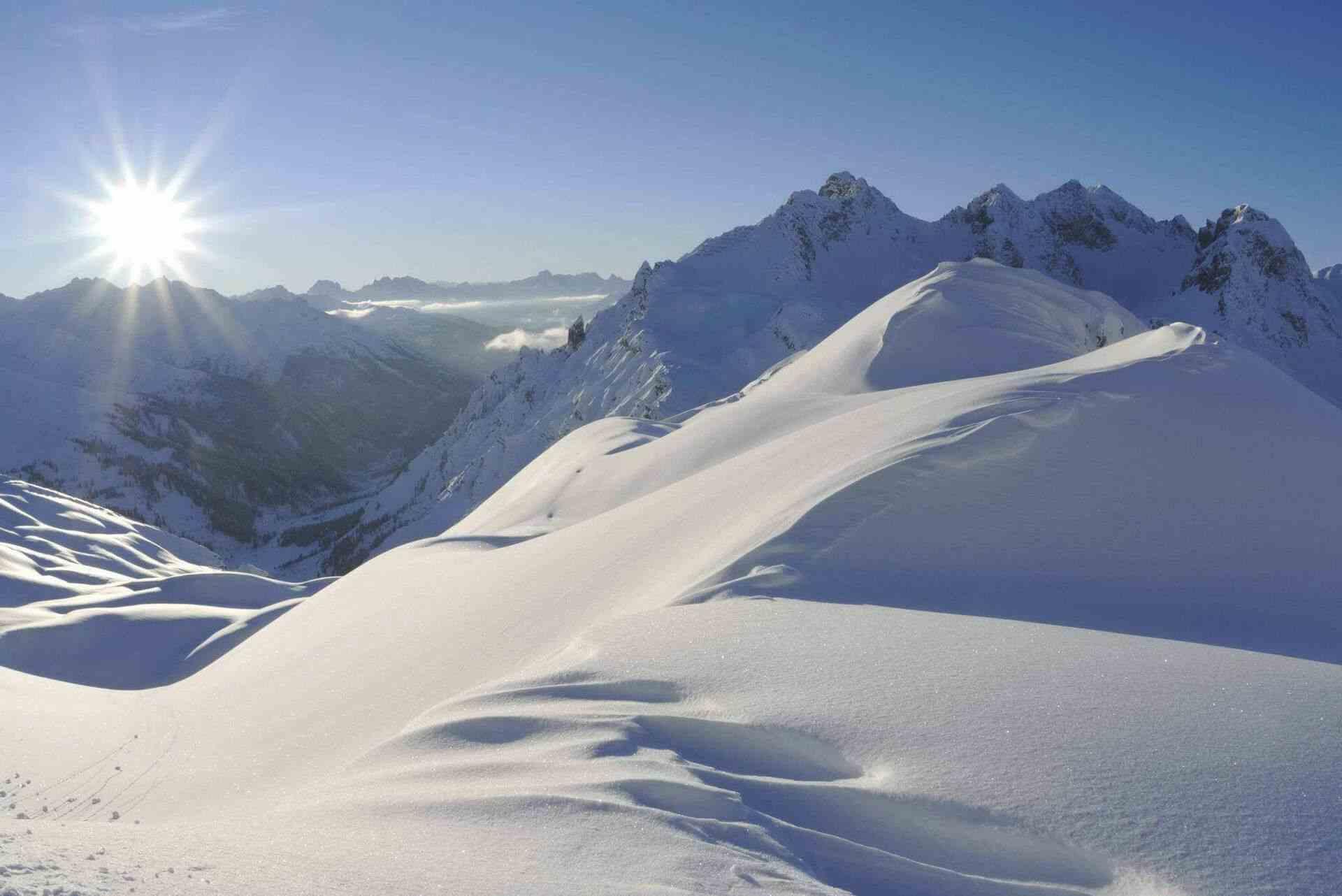 Schneebedeckte Berglandschaft bei strahlendem Sonnenschein
