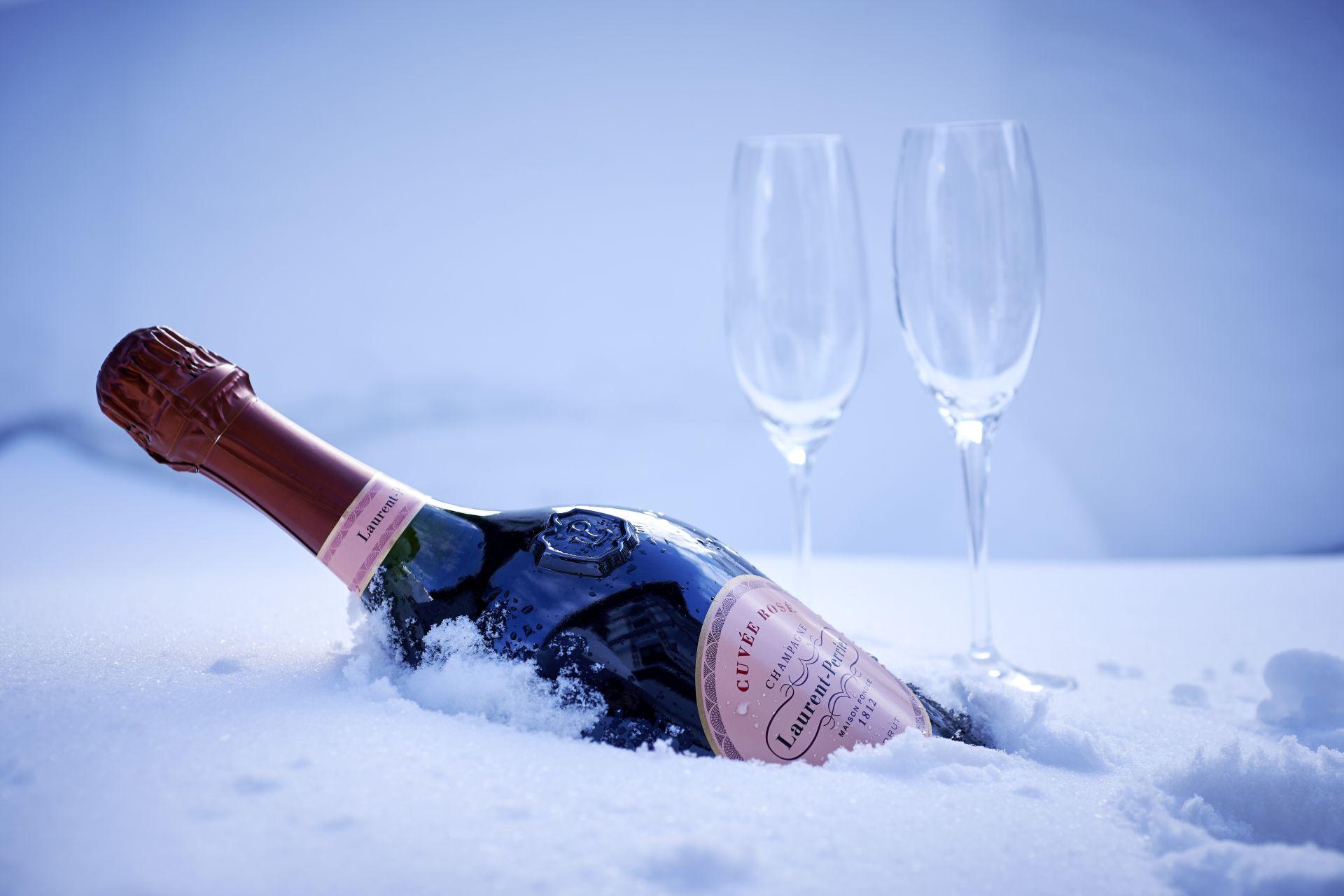 gekühlter Champagner mit Gläsern im Schnee