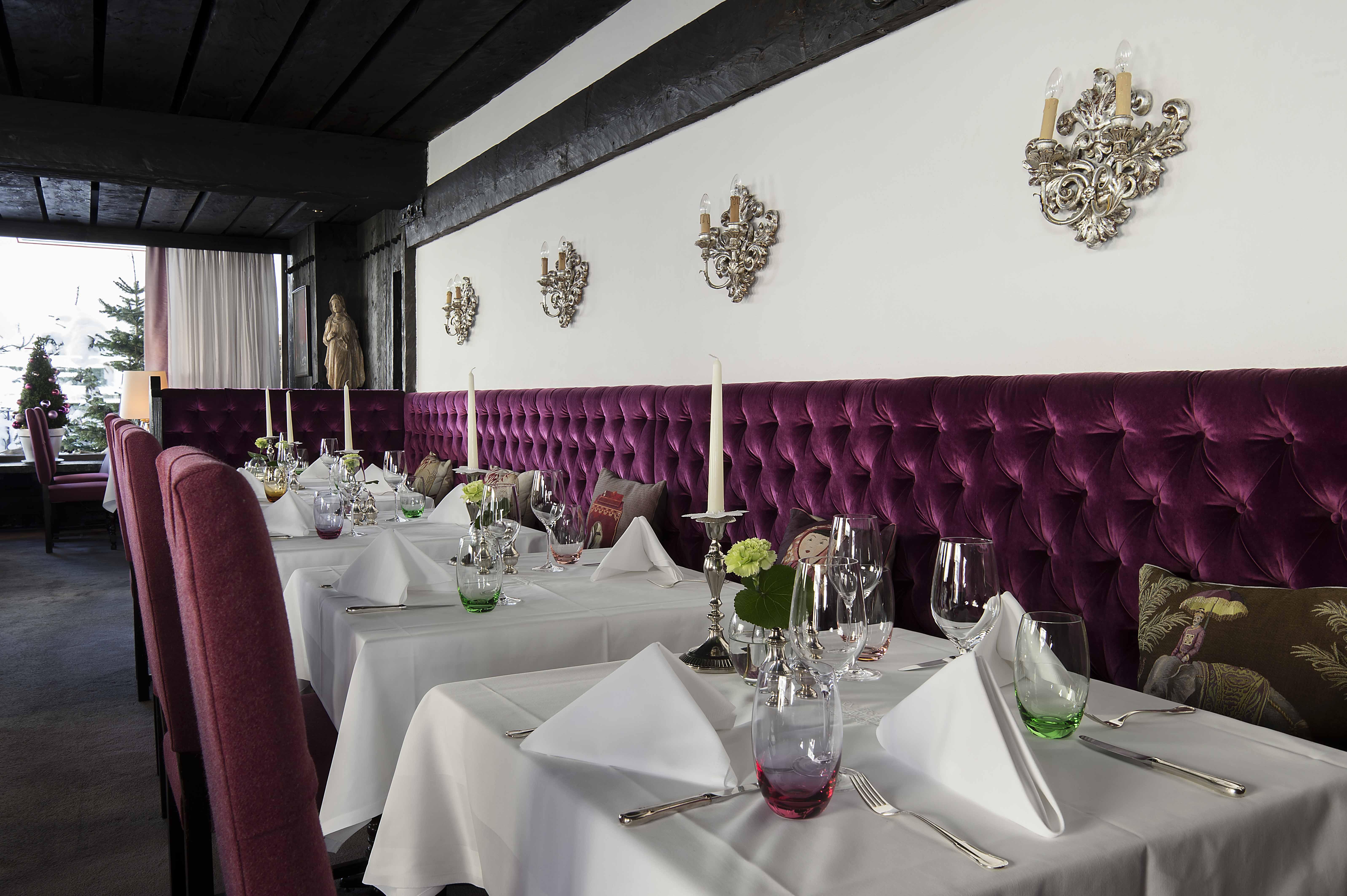gedeckte Tische im Restaurant Arlberg