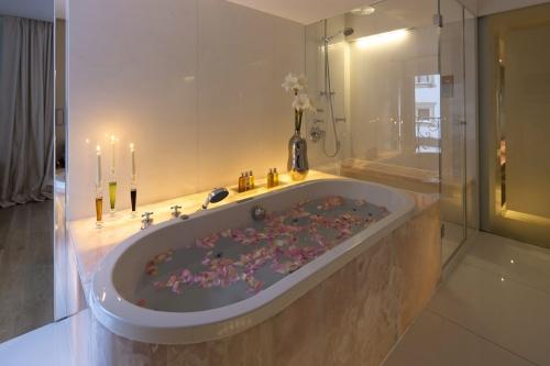 Badewanne mit Rosenblättern