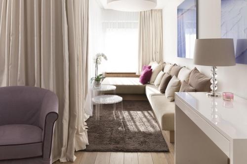 Sitzecke in einer Suite des Hotels am Arlberg mit Orchidee