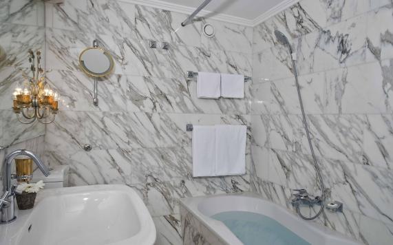 Junior Suite mit Badezimmer aus weißem Marmor