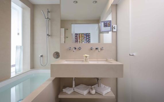 bathroom Suite with 2 bedrooms