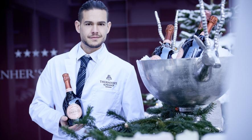 Mitarbeiter mit Champagner