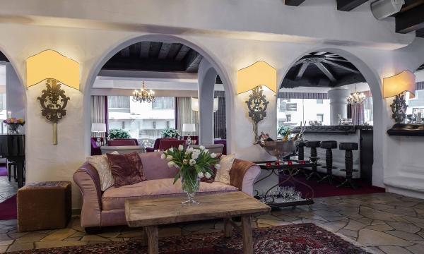 Lobby und Bar im Hotel Arlberg