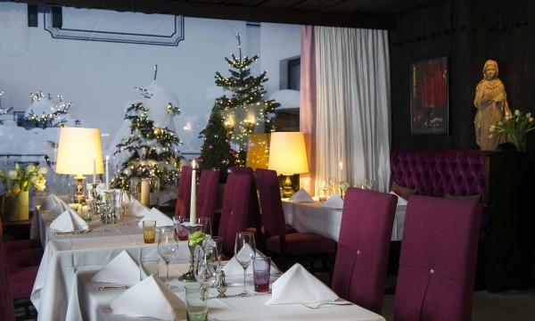 gedeckte Tische im Restaurant Arlberg mit Weihnachtsdeko im Hintergrund