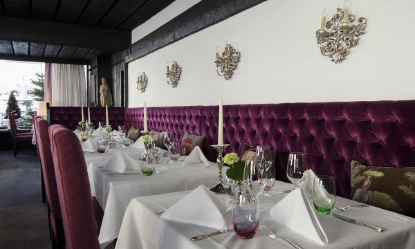 Restaurant mit gedeckten Tischen im Hotel am Arlberg