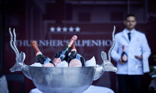 Im Eis gekühlte Champagnerflaschen in einer Schale mit Verzierungen