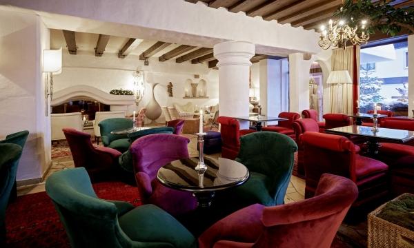 Lounge mit bunten Sesseln im Hotel am Arlberg