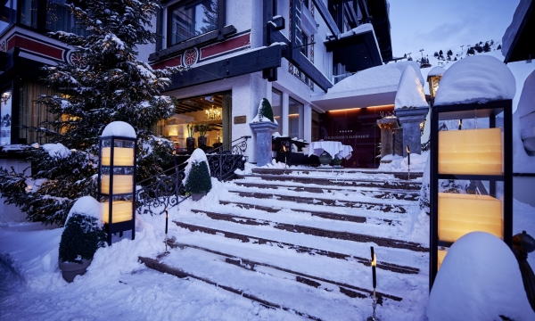verschneiter Haupteingang des Thurnher's Alpenhof